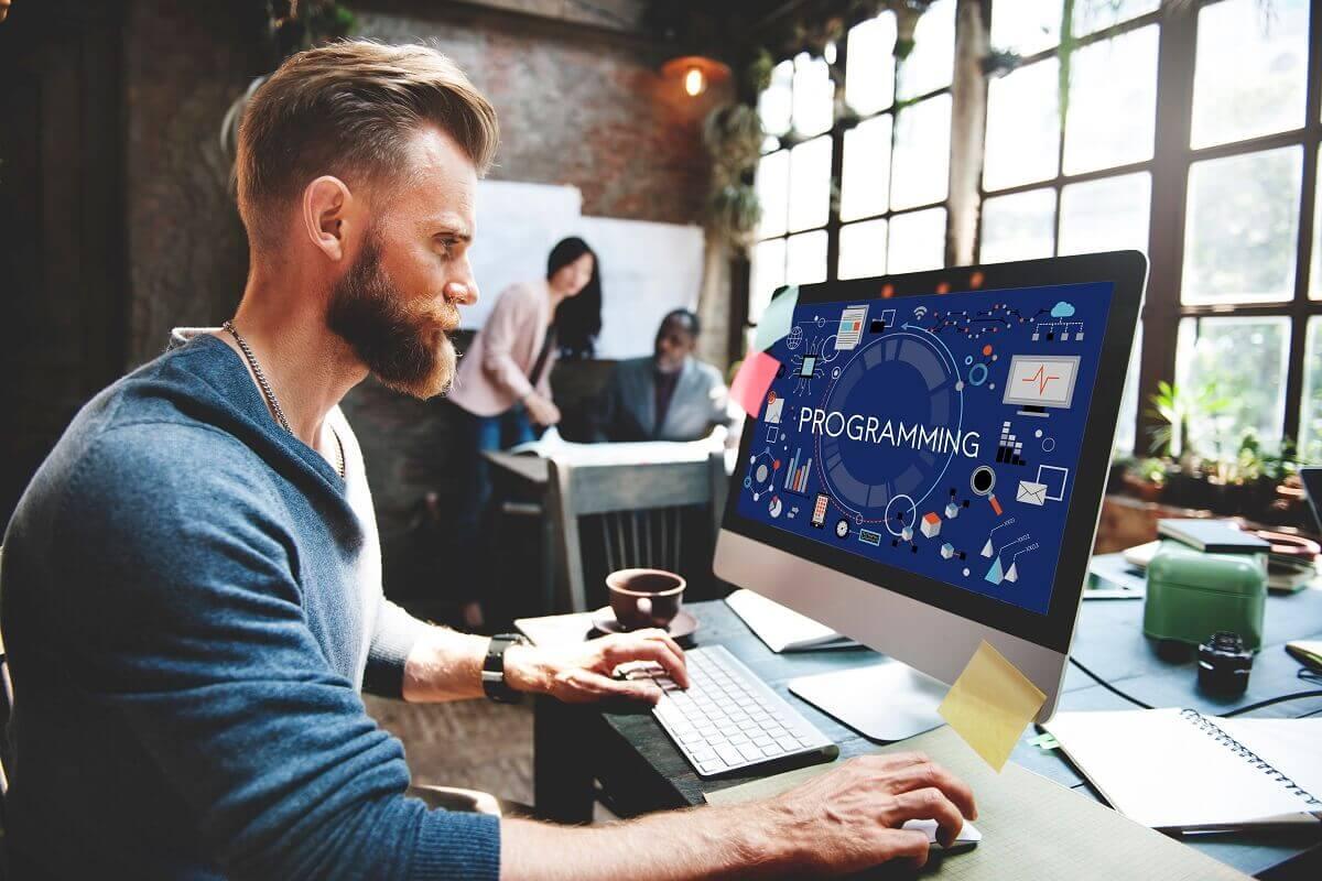 Man programmer בונה אתרים מקצועי